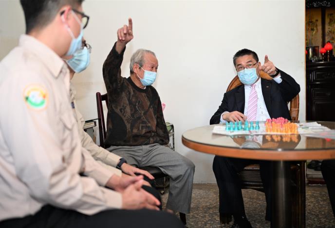 提前送暖 徐國勇部長關懷83歲義務役受傷退伍弟兄.jpg