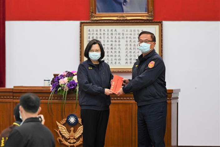 蔡英文總統出席警政署年終署務會報,頒發維護治安工作獎勵金,肯定警方的辛勞.jpg