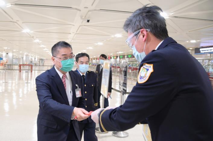 堅守防疫第一線  徐國勇部長慰勉機場移民官