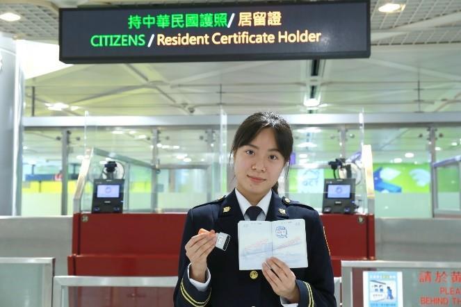 桃園機場移民官展示新章戳.jpg