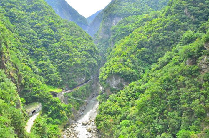 從山月吊橋俯瞰太魯閣立霧溪口峽谷.jpg
