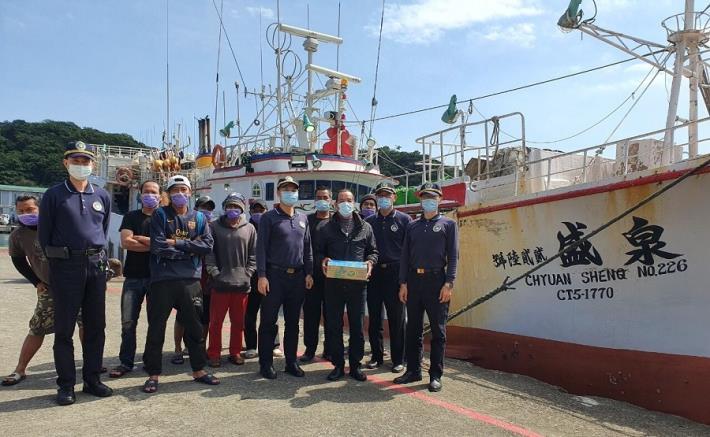 移民署向外籍漁工宣導防疫相關規定,並致贈禮品.jpg