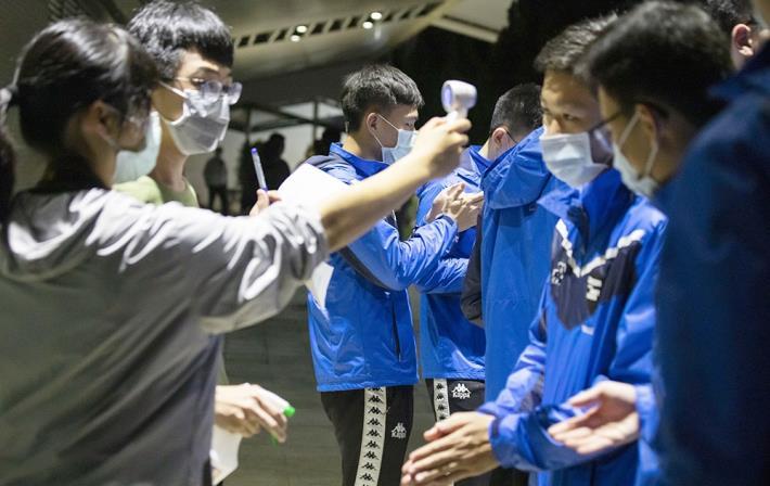 配合防疫措施(實名制、體溫量測及安排梅花座等)入場