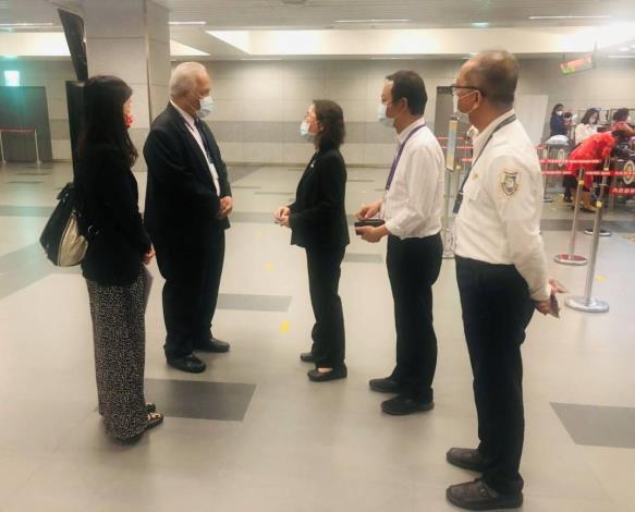 諾魯共和國駐臺大使凱法斯Jarden Kephas(左2)赴臺中機場關心來臺就醫的諾魯病患