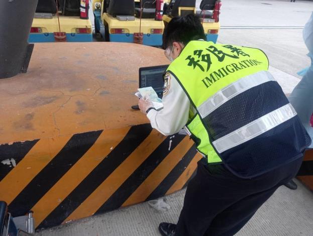部分身體不適的乘客由移民署同仁於機坪上進行查驗程序