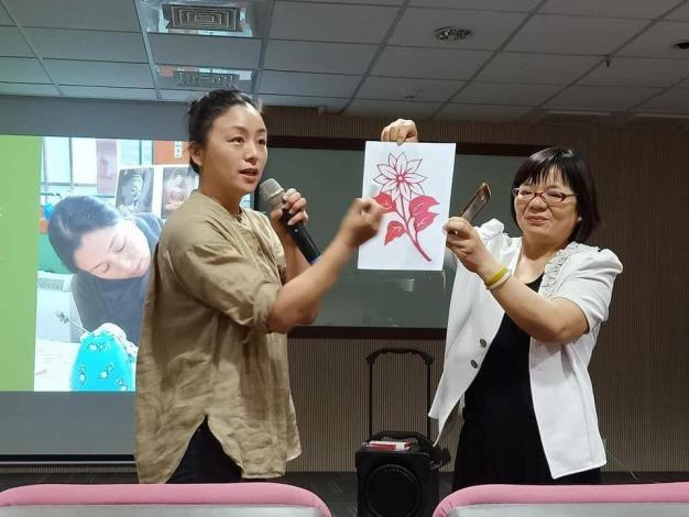 趙春梅指導新住民剪紙藝術