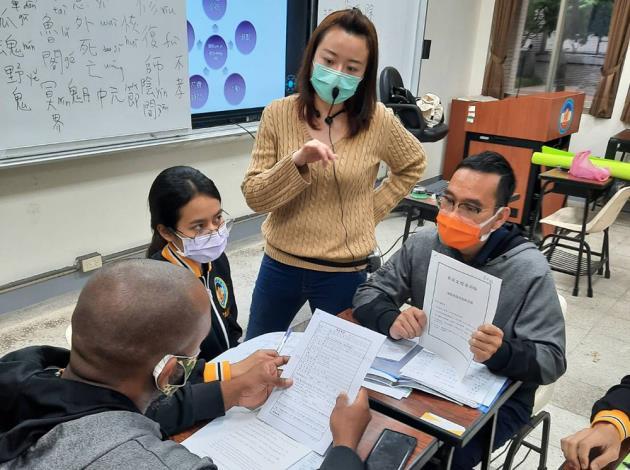 老師與聖露西亞籍、印尼籍、泰國籍之外籍生們討論教材內容