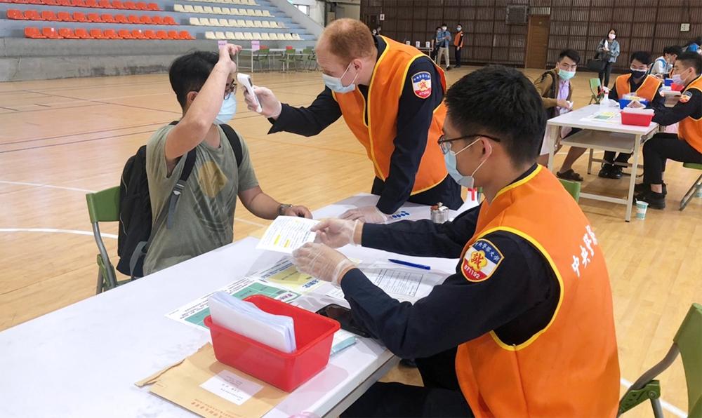 考生進入防疫檢測站先以酒精乾洗手、體溫測量及檢核詢問防疫評估表