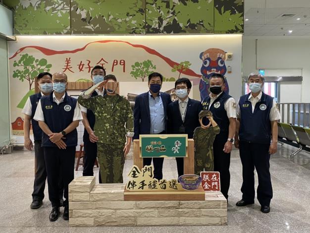 內政部政務次長陳宗彥(中)與移民署同仁合影