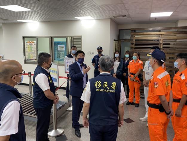 政務次長陳宗彥(左4)勉勵各單位第一線同仁防疫期間辛勞