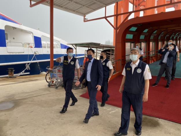 政務次長陳宗彥(左2)聆聽移民署國境事務大隊金門國境事務隊說明入出境通關防疫動線