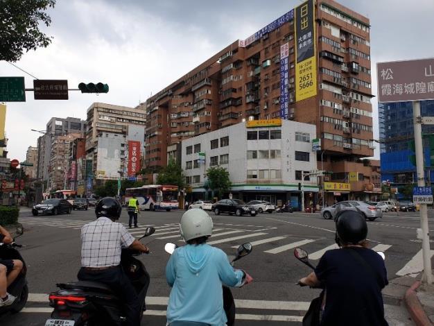 臺北市員警路口指揮疏導交通