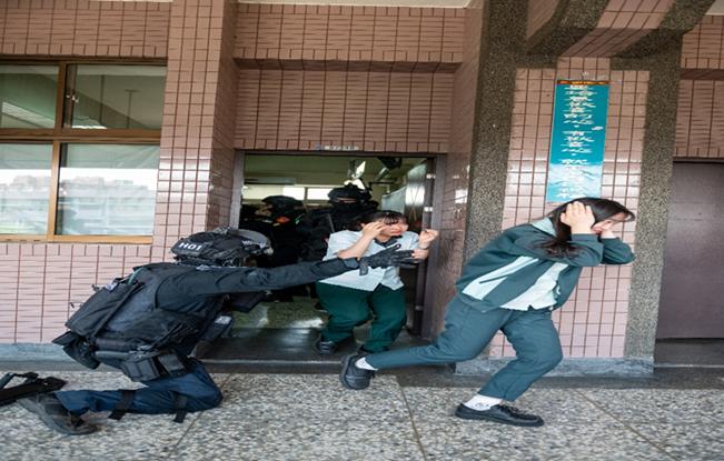 特勤隊員疏散在校學生