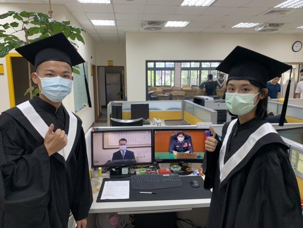 警大畢業生觀看線上畢業典禮視訊