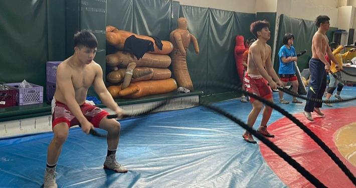 新住民子女鄭少永(左)、鄭浩倫(中)及劉玉婷(右二)進行角力比賽訓練