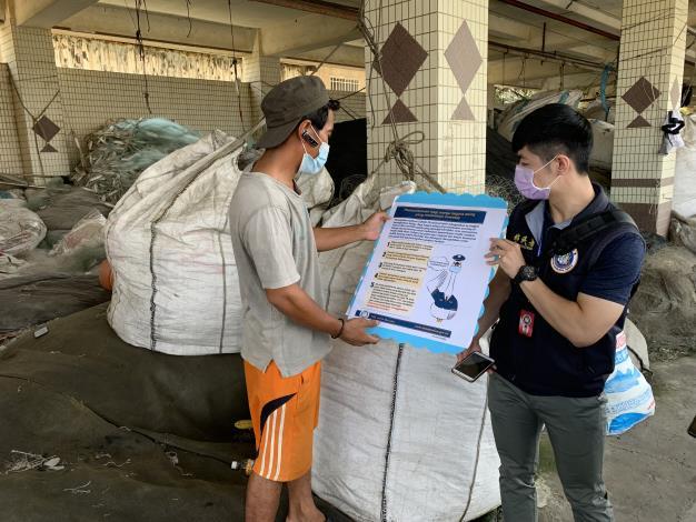 向外籍漁工宣導相關防疫資訊