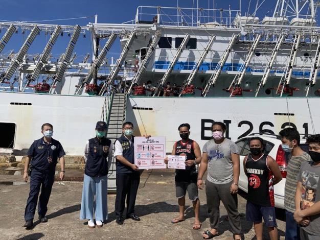 內政部移民署與友軍單位赴屏東東港漁港進行防疫宣導