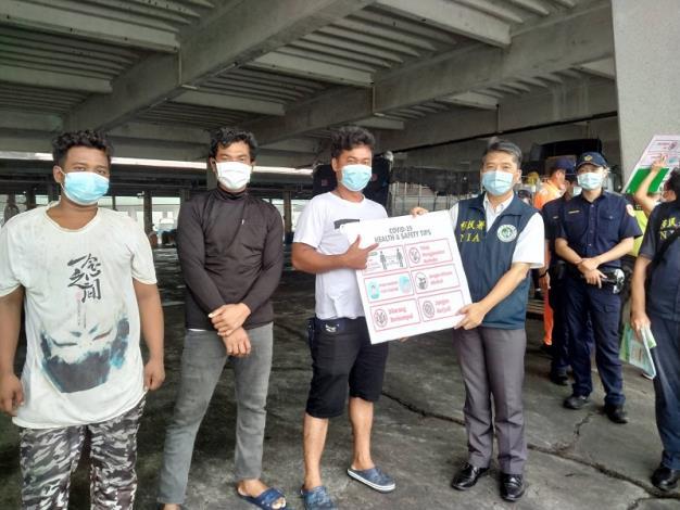 內政部移民署與友軍單位前往高雄前鎮漁港進行防疫宣導