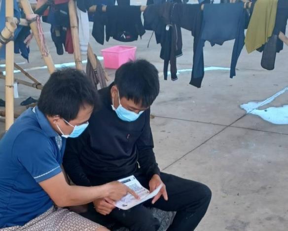 圖5、越南籍漁工阿德向同鄉友人宣傳講解防疫措施照片。