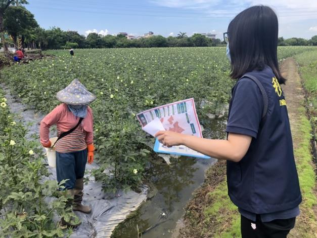 圖片4臺南市專勤隊向農民宣導防疫措施