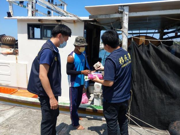 圖片2臺南市專勤隊向外籍漁工宣導防疫措施