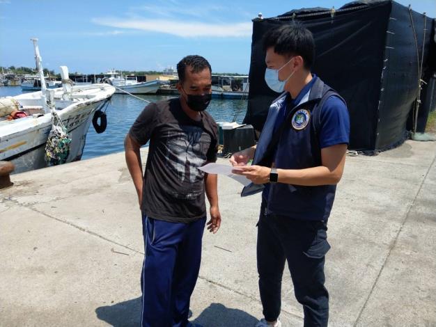 圖片1臺南市專勤隊向外籍漁工宣導防疫措施