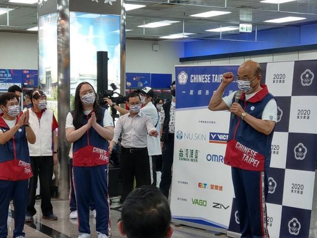 行政院院長蘇貞昌於松山機場接受媒體訪問,並鼓勵東奧代表團為國爭光