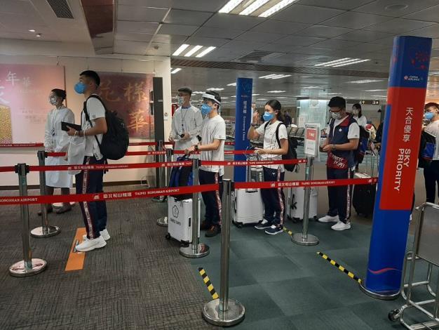 東奧代表團選手通過出境查驗後,於登機門處等待登機