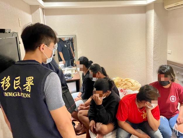 圖1、移民署高雄市專勤隊會同轄區警方於火車站附近商務旅館內查獲5名印尼籍人士室內群聚情形。.JPG