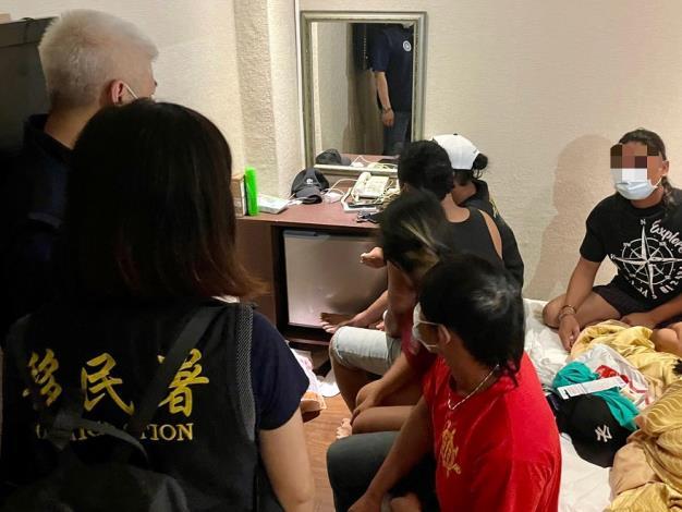 圖2、5名印尼籍人士打算在旅館房間內小酌並享用臺灣夜市美食,違反室內群聚規定,遭移民署及警方共同查獲。.JPG