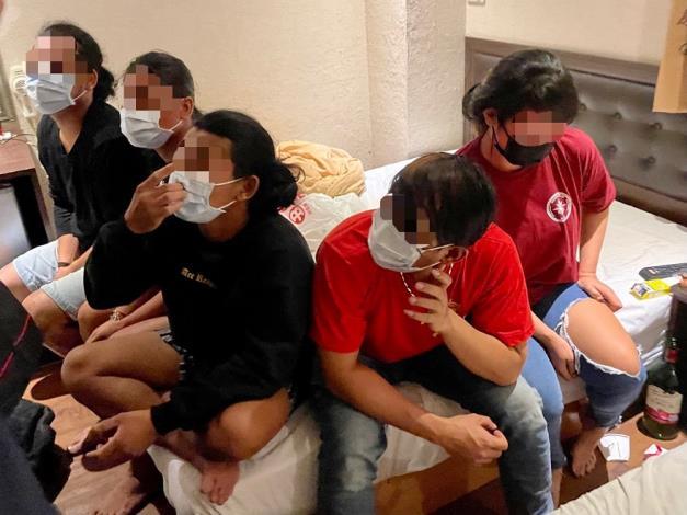圖3、移民署高雄市專勤隊會同轄區警方於火車站附近商務旅館內查獲5名印尼籍人士室內群聚情形。.JPG