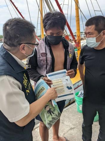 林總幹事帶領移民署人員港區關懷外籍漁工並以多國語言作宣導防疫注意事項
