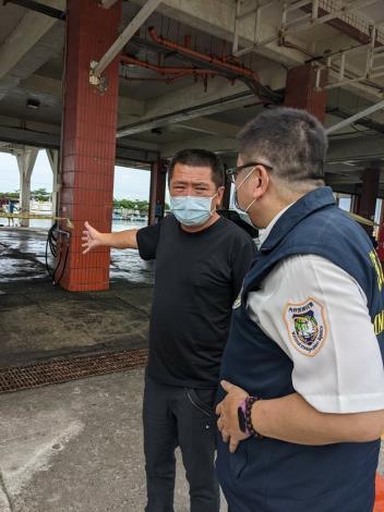 林總幹事向移民署人員介紹港區各項防疫措施與外籍漁工在臺生活狀況