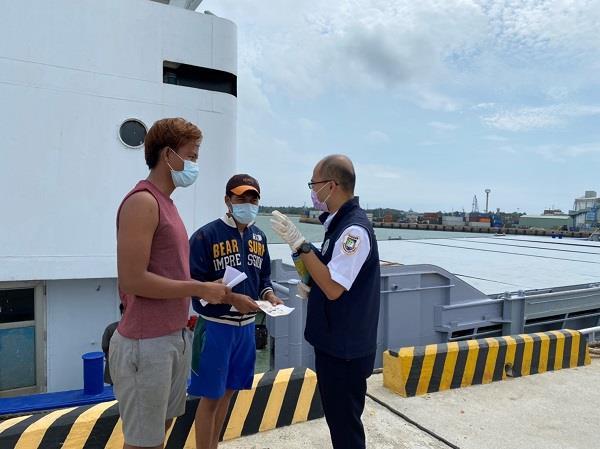 內政部移民署同仁向金門料羅港之外籍船員宣導防疫規定