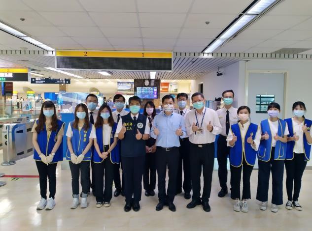 副指揮官陳宗彥與高雄航空站、內政部移民署同仁及暑期實習生合影