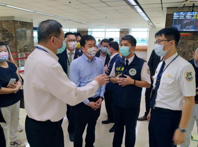 副指揮官陳宗彥聆聽內政部移民署及高雄航空站說明防疫清消工作