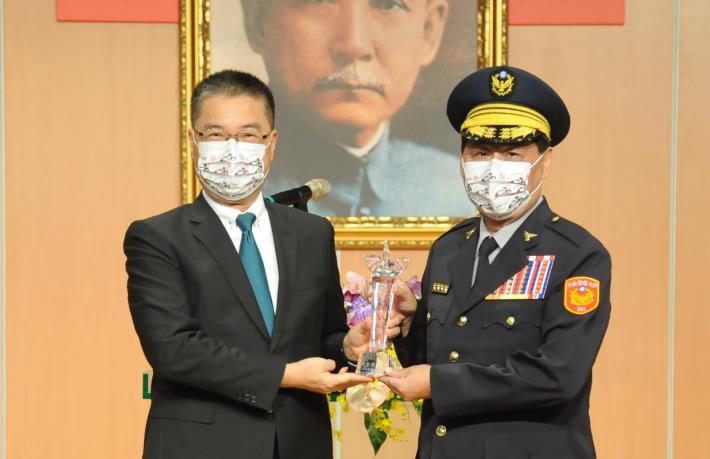 徐國勇部長(左)頒發傑出校友獎座予警大校長陳檡文(右)