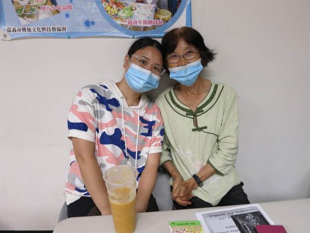 大陸籍李小姐(左)由婆婆(右)帶著她參加移民署舉辦家庭教育課程,讓她對法令更熟悉。
