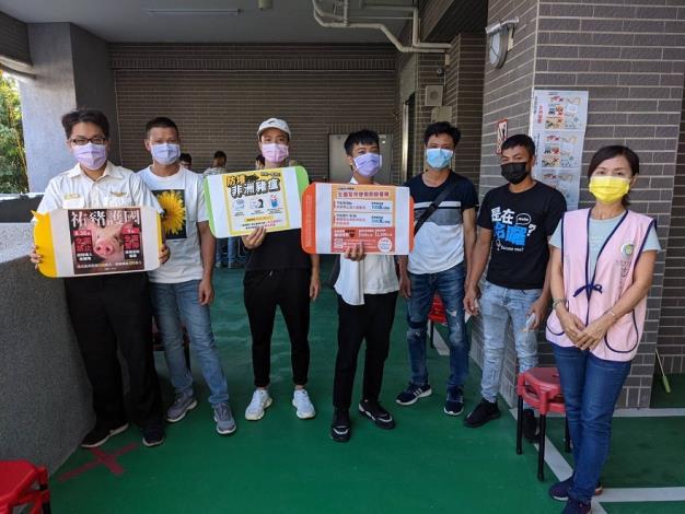 移民署臺中市第一服務站同仁及通譯向移工宣導勿購買來歷不明的豬肉製品3.JPG