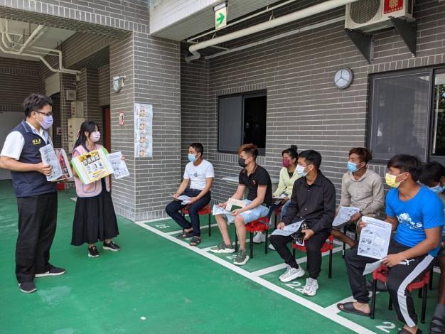 移民署臺中市第一服務站同仁及通譯向移工宣導勿購買來歷不明的豬肉製品2.JPG