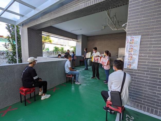 移民署臺中市第一服務站同仁及通譯向移工宣導勿購買來歷不明的豬肉製品1.JPG