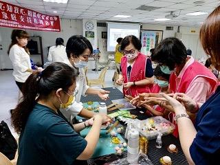 現場學員學習如何製作和菓子。