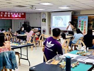 移民署邀請來自越南的金牌得主卞柔勻女士分享來臺經驗。