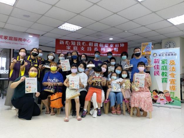 來自大陸地區、越南、印尼、菲律賓及柬埔寨等20位新住民參加移民署家庭教育課程大合照。