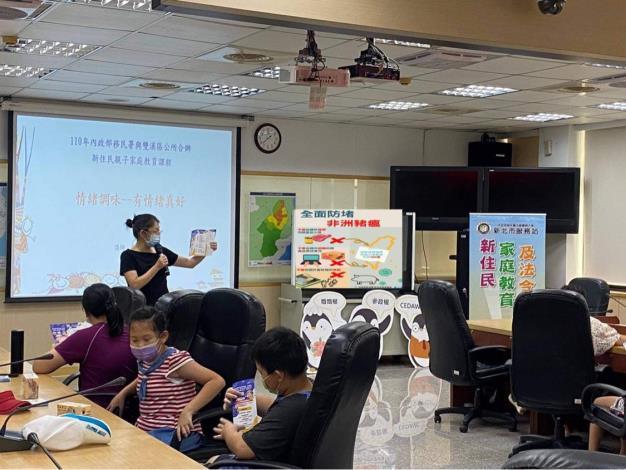 講師向新住民強調守護台灣豬。
