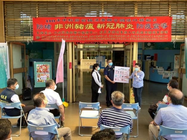 移民署高雄港國境事務隊王隊長藉由通譯人員向外籍船員宣導