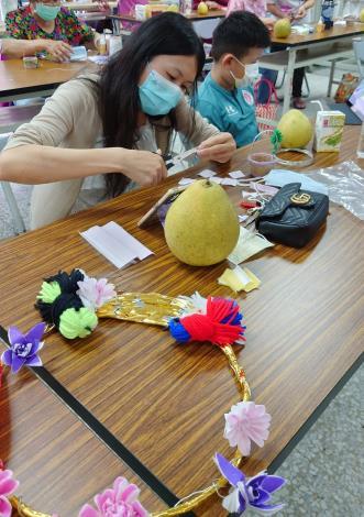 新住民上課製作花朵情形