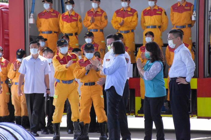 蔡總統視察消防訓練中心,徐國勇部長陪同巡視特搜隊人員演練