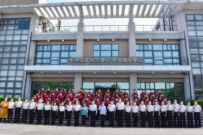 蔡總統、徐國勇部長訓練中心同仁及受訓學員合影
