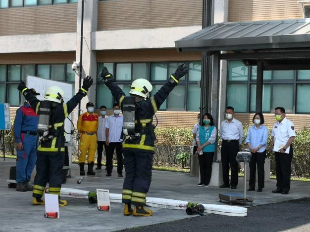 蔡總統視察消防訓練中心,徐國勇部長陪同巡視裝備器材展示